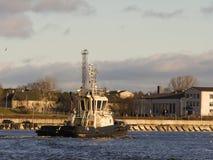 Porto entrando do rebocador Paisagem marinha rural Imagens de Stock Royalty Free