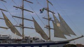 Porto entrando italiano gracioso no fim de sua viagem, movimento lento do navio de navigação vídeos de arquivo