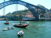 Porto Fluss Douro mit Booten in Portugal stockbilder