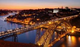 Porto - Fluss Duero und Brücke nach Sonnenuntergang Stockbilder