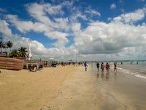 Porto Galinhas, Pernambuco, Brazilië, 16 Maart, 2019 - Mensen die van het strand genieten stock afbeelding