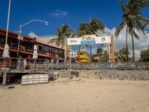 Porto Galinhas, Pernambuco, Brazylia, Marzec 16, 2019 - Zaludnia cieszyć się plażę obraz stock