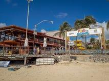 Porto Galinhas, Pernambuco, Brazylia, Marzec 16, 2019 - Zaludnia cieszyć się plażę zdjęcia stock