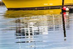 Porto giallo Washington di Grays di Westport di riflessione della barca a vela fotografia stock
