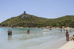 Porto Giunco, Italië - Juni 05: Niet geïdentificeerde mensen in strandhaven Stock Foto