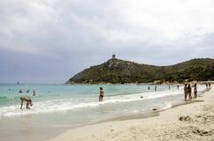 Porto Giunco, sierpień 23: Niezidentyfikowani ludzie w błękit plaży Obrazy Royalty Free