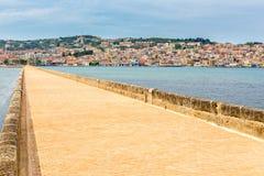 Porto greco Argostoli della città con la strada sul ponte immagine stock