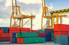 Porto, guindastes de pórtico e navio de recipiente industriais Guindastes industriais no porto de Santa Cruz de Tenerife Fotos de Stock