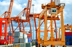 Porto, guindastes de pórtico e navio de recipiente industriais Guindastes industriais no porto de Santa Cruz de Tenerife Imagem de Stock