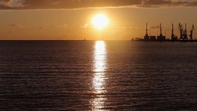 Porto, guindastes no porto no por do sol, grande porto no por do sol filme
