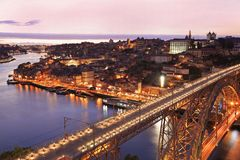 Porto horisont och Douro flod på skymning med Dom Luis som jag överbryggar på förgrunden Royaltyfri Bild