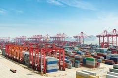 Porto industrial com recipientes, por da água profunda de Shanghai Yangshan imagem de stock royalty free