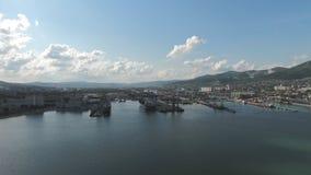 Porto industrial, vista superior Guindastes do porto e navios e barcas de carga vídeos de arquivo
