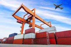 Porto industriale con i contenitori nella porcellana immagine stock