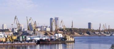 Porto industriale con la nave e la gru fondo, affare immagine stock libera da diritti