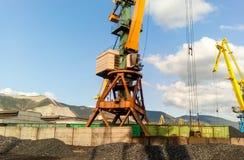 Porto industriale del carico, gru del porto Caricamento dell'antracite Trasporto di carbone Mucchio di carbone immagine stock