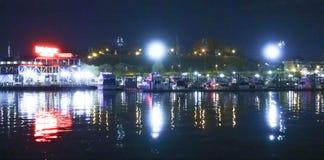 Porto interno colorido de Baltimore na noite - BALTIMORE - MARYLAND - 9 de abril de 2017 imagens de stock royalty free