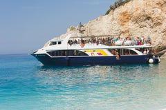 PORTO KATSIKI STRAND 28,2017 Juni Het schip van de toeristencruise bij Porto Katsiki strand, Lefkada, Griekenland Royalty-vrije Stock Afbeeldingen