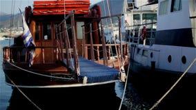 porto L'yacht sta aspettando i viaggiatori archivi video