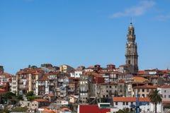 Porto landschap met rode daken en Clerigos aan Stock Foto