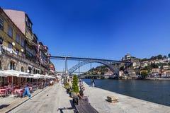 Porto - Leute genießen den Ribeira-Bezirk Stockfotografie