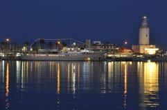 Porto a Malaga Spagna con lighthause immagini stock
