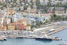 Porto marítimo agradável com iate luxuosos, barcos, casas ricas Foto de Stock Royalty Free