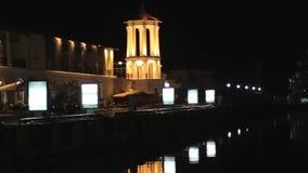 Porto marítimo com navios e construções na noite Reflexões na água filme