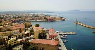 Porto marítimo com um farol e um passeio bonito imagens de stock royalty free