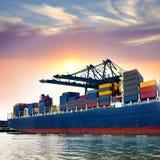 Porto marítimo da carga. Guindastes da carga do mar. Imagem de Stock