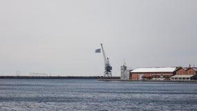 Porto mar?timo de Tessal?nica com bandeira grega imagens de stock
