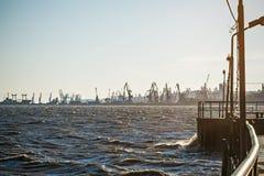 Porto marítimo na noite da manhã, fundo industrial da natureza, paisagem Imagens de Stock