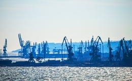 Porto marítimo na noite da manhã, fundo industrial da natureza, paisagem Fotos de Stock