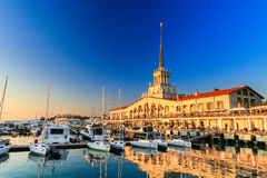 Porto marittimo commerciale degli yacht, del motore e delle barche a vela di lusso, porto marittimo in Mar Nero al tramonto Immagini Stock
