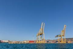 Porto marittimo con le gru ed i contenitori Fotografie Stock