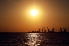 Porto marittimo di Berdyansk sul fondo di tramonto Fotografie Stock Libere da Diritti