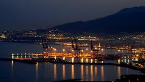 Porto marittimo di Malaga Spagna alla notte con la città di Malaga nei precedenti immagini stock
