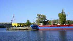 Porto marittimo di Swinoujscie, Polonia, vista ai cantieri navali stock footage