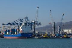 Porto marittimo internazionale di Novorossijsk Gru che caricano la nave da carico Fotografie Stock Libere da Diritti