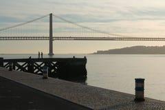 Porto marittimo, ponte e siluette Fotografia Stock Libera da Diritti