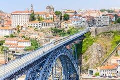 Porto met de Dom Luiz-brug Een metro trein kan op worden gezien Stock Afbeeldingen
