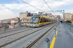 Porto metro przechodzi wyższym pokładem Dom Luis przerzucam most Fotografia Stock