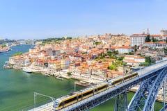 Porto mit der Dom Luiz-Brücke Ein Metrozug kann auf gesehen werden Stockfotografie
