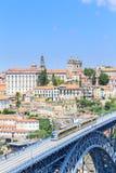 Porto mit der Dom Luiz-Brücke Ein Metrozug kann auf gesehen werden Lizenzfreie Stockfotografie