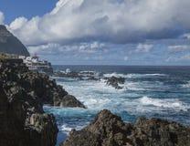 Porto Moniz, Madera - natuurlijke zwembaden; schaduwen van blauw royalty-vrije stock foto's