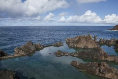 Porto Moniz, Madera, Portugal - natuurlijke zwembaden; ruwe rotsen royalty-vrije stock foto