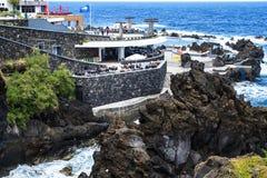 Porto Moniz na costa noroeste onde as montanhas no norte da ilha de Madeira encontram o Oceano Atlântico Fotografia de Stock Royalty Free