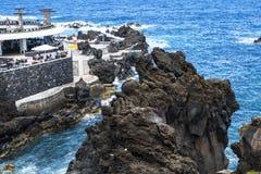 Porto Moniz på den nordvästliga kusten var bergen i norden av ön av madeiran möter Atlanticet Ocean Royaltyfri Fotografi