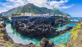 Porto Moniz, pouca vila em Madeira, Portugal imagens de stock
