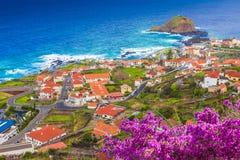 Porto Moniz, weinig dorp bij het eiland van Madera, Portugal stock fotografie